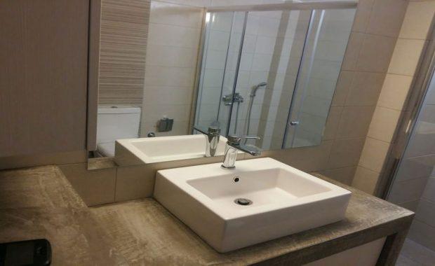 χτιστό έπιπλο μπάνιου