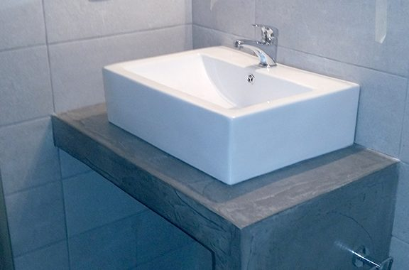 Χτιστό έπιπλο μπάνιου με πατητή τσιμεντοκονια