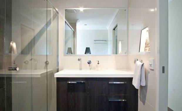 Βελτιώστε τη διαρρύθμιση μικρού μπάνιου με αυτά τα απλά κόλπα